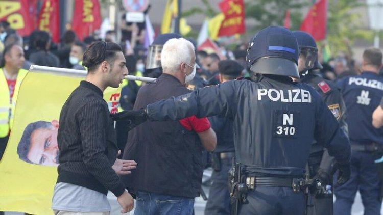 Viyana'da Türk ve Kürt gruplar arasında yaşanan gerginlik Türkiye-Avusturya ilişkilerine yansıdı